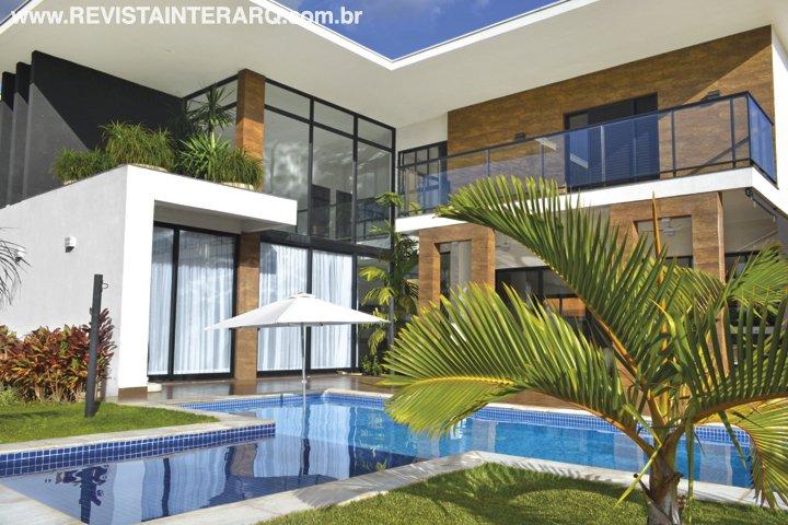 O terreno de 800 m² dentro de um condomínio de alto padrão acomoda este projeto residencial contemporâneo - Revista InterArq | Arquitetura, decoração, design, interiores, paisagismo, lifestyle e festas