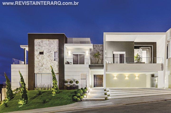 Esta arquitetura contemporânea promove o diálogo equilibrado entre os ambientes internos e o exterior - Revista InterArq | Arquitetura, decoração, design, interiores, paisagismo, lifestyle e festas