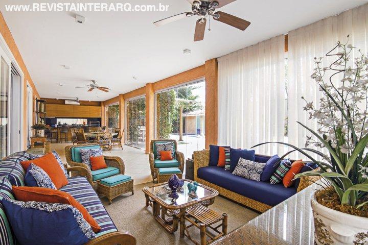 Para atualizar os ambientes da casa, a designer redesenhou móveis, trocou tecidos e investiu em acessórios decorativos - Revista InterArq   Arquitetura, decoração, design, interiores, paisagismo, lifestyle e festas