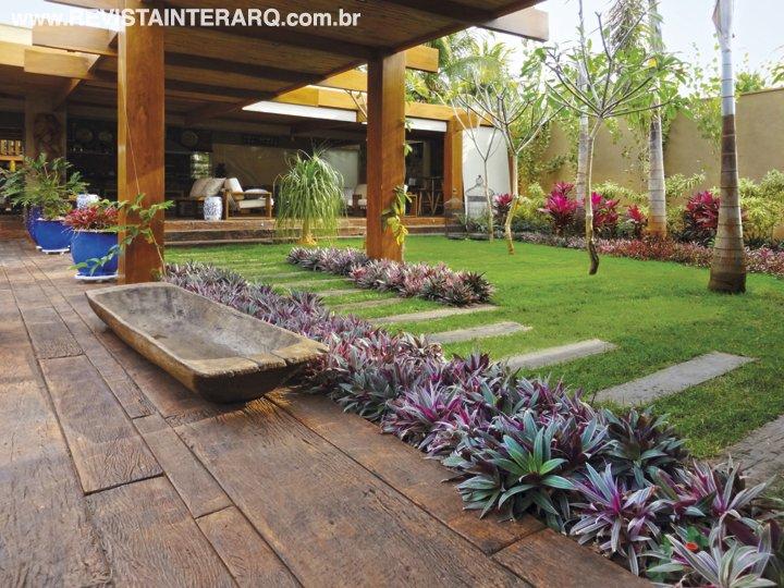 Espécies multicores nos jardins acompanham o despojamento desta casa - Revista InterArq | Arquitetura, decoração, design, interiores, paisagismo, lifestyle e festas