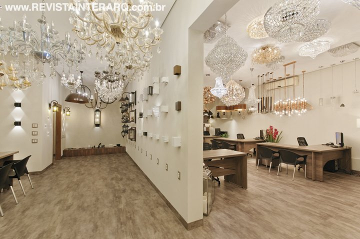 O projeto de reforma criou um novo layout e ampliou o showroom da loja de iluminação - Revista InterArq | Arquitetura, decoração, design, interiores, paisagismo, lifestyle e festas