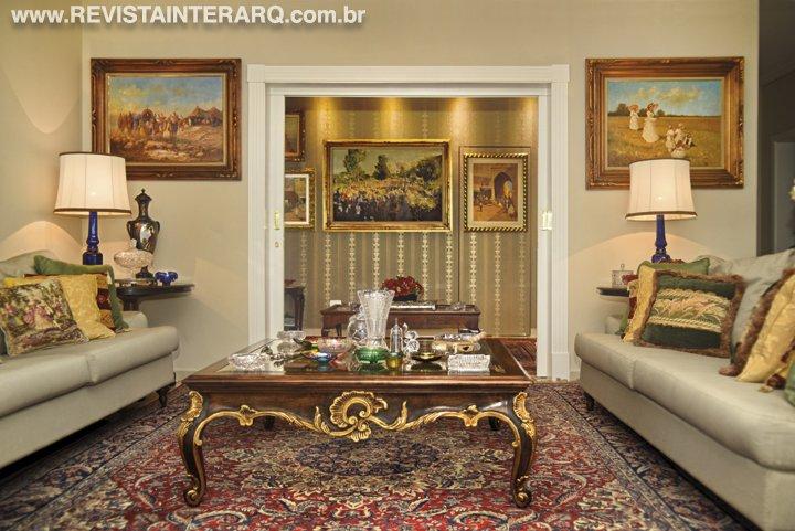 O projeto de interiores incluiu os móveis clássicos do acervo da família no décor deste amplo apartamento - Revista InterArq   Arquitetura, decoração, design, interiores, paisagismo, lifestyle e festas