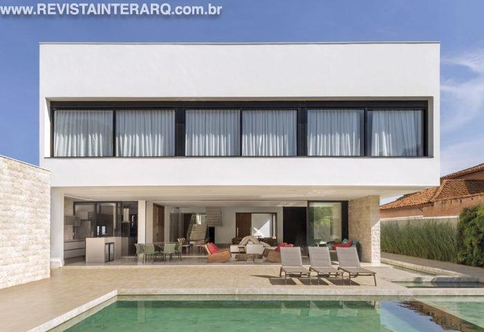 Nesta residência, uma entrada lateral leva diretamente os convidados ao jardim - Revista InterArq | Arquitetura, decoração, design, interiores, paisagismo, lifestyle e festas