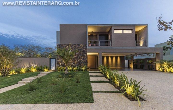 A arquiteta criou uma casa com volumes, concreto aparente e fachada contemporânea - Revista InterArq | Arquitetura, decoração, design, interiores, paisagismo, lifestyle e festas