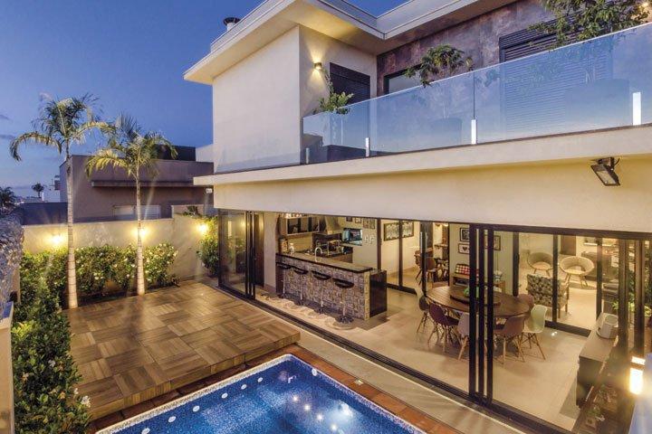 O grande protagonista deste projeto é o deck móvel sobre a piscina - Revista InterArq | Arquitetura, decoração, design, interiores, paisagismo, lifestyle e festas