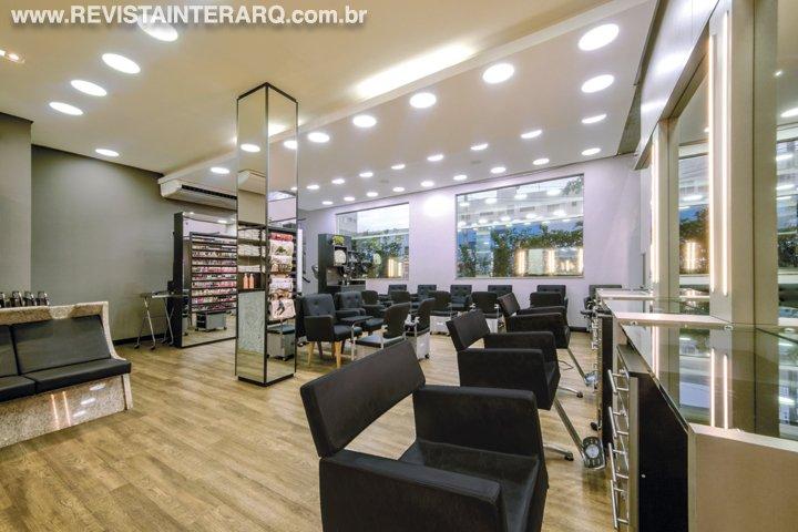 O centro de estética ganhou uma marcenaria funcional e um layout mais fluído - Revista InterArq | Arquitetura, decoração, design, interiores, paisagismo, lifestyle e festas
