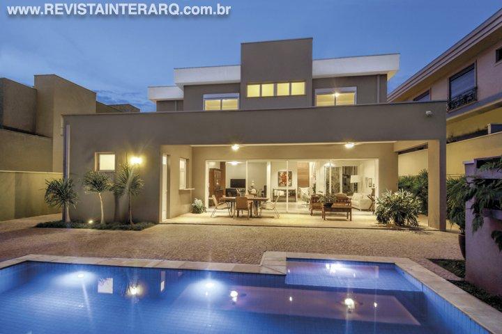 Amplos beirais e tons de cinza proporcionaram o estilo contemporâneo desta casa - Revista InterArq | Arquitetura, decoração, design, interiores, paisagismo, lifestyle e festas
