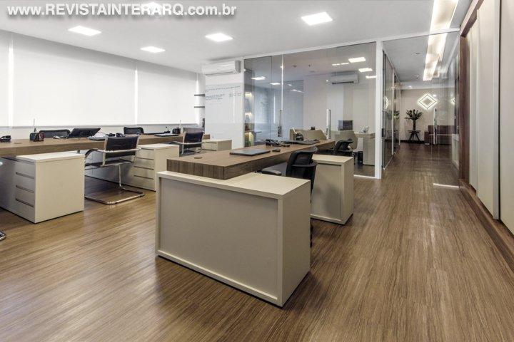 Um escritório confortável e convidativo para receber bem, foi o ponto de partida deste projeto - Revista InterArq | Arquitetura, decoração, design, interiores, paisagismo, lifestyle e festas