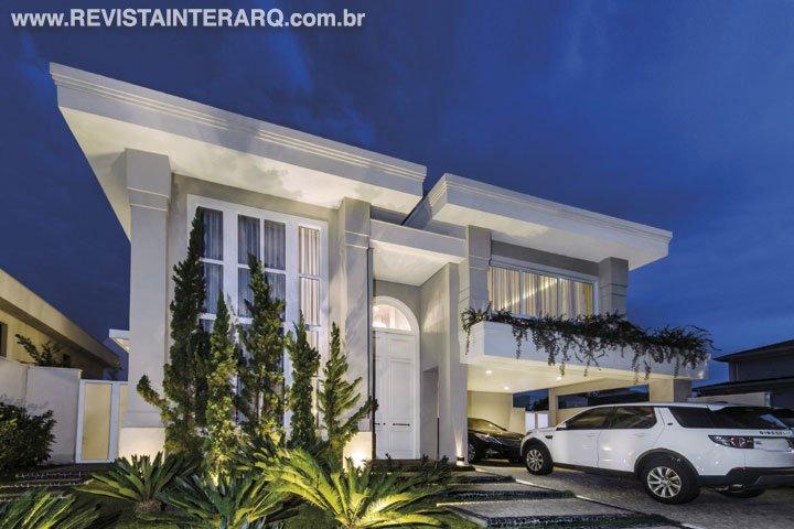 Esta casa com grandes aberturas e estilo clássico possui ambientes bem iluminados e ventilados - Revista InterArq | Arquitetura, decoração, design, interiores, paisagismo, lifestyle e festas