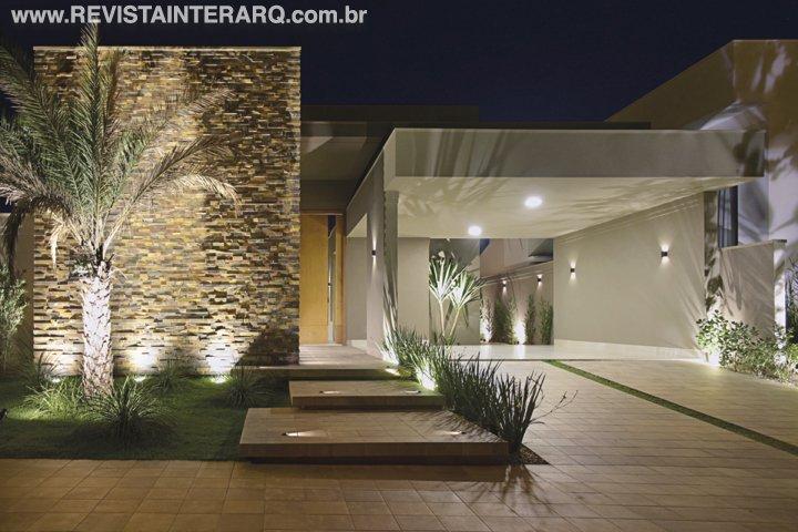 Grandes portas entre os ambientes dão a possibilidade de setorizar ou integrar quando necessário - Revista InterArq | Arquitetura, decoração, design, interiores, paisagismo, lifestyle e festas