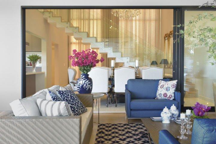 A estrela deste projeto é uma bela escada em mármore que corta as salas de jantar e estar - Revista InterArq | Arquitetura, decoração, design, interiores, paisagismo, lifestyle e festas