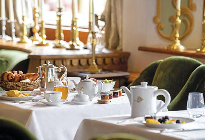 Depois de um dia de esqui, nada como relaxar em uma piscina aquecida e tomar um chá ou chocolate quente, como os do Hotel Les Airelles.