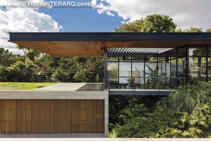 Uma casa térrea, contemporânea e que permitisse o contato com a natureza foi a proposta da Perkins & Will - Revista InterArq | Arquitetura, decoração, design, interiores, paisagismo, lifestyle e festas