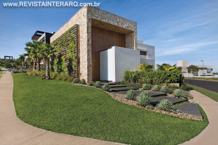 Alinhado ao conceito arquitetônico da casa e às premissas de uma vida mais sustentável, este projeto de paisagismo é um presente aos sentidos - Revista InterArq | Arquitetura, decoração, design, interiores, paisagismo, lifestyle e festas